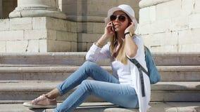 Νέο όμορφο κορίτσι που μιλά σε ένα κινητό τηλέφωνο φιλμ μικρού μήκους