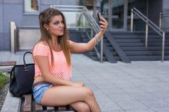 Νέο όμορφο κορίτσι που παίρνει selfie ανασκόπηση αστική Στοκ φωτογραφία με δικαίωμα ελεύθερης χρήσης