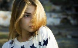 Νέο όμορφο κορίτσι που περπατά στο πάρκο Στοκ εικόνα με δικαίωμα ελεύθερης χρήσης