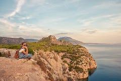 Νέο όμορφο κορίτσι που ταξιδεύει κατά μήκος της ακτής της Μεσογείου στοκ φωτογραφίες