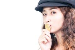 Νέο όμορφο κορίτσι που φιλά το χρυσό νόμισμα bitcoin που απομονώνεται στο  στοκ εικόνα