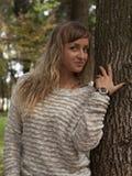 Νέο όμορφο κορίτσι που φωτογραφίζεται σε ένα υπόβαθρο της φύσης Στοκ Εικόνες