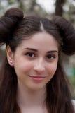 Νέο όμορφο κορίτσι που χαμογελά και ευτυχές Ένα κορίτσι με ένα όμορφο πρόσωπο και τα μάτια Στοκ Φωτογραφία