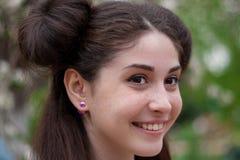 Νέο όμορφο κορίτσι που χαμογελά και ευτυχές Ένα κορίτσι με ένα όμορφο πρόσωπο και όμορφα μάτια Στοκ εικόνα με δικαίωμα ελεύθερης χρήσης