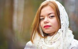 Νέο όμορφο κορίτσι σε ένα άσπρο μαντίλι Στοκ φωτογραφίες με δικαίωμα ελεύθερης χρήσης