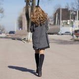 Νέο όμορφο κορίτσι σε ένα γκρίζο παλτό Στοκ Φωτογραφίες