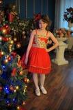 Νέο όμορφο κορίτσι σε ένα κόκκινο φόρεμα στοκ εικόνα με δικαίωμα ελεύθερης χρήσης