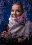 Νέο όμορφο κορίτσι σε ένα μαντίλι για το παγωμένο γυαλί Στοκ φωτογραφία με δικαίωμα ελεύθερης χρήσης