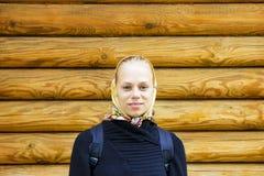 Νέο όμορφο κορίτσι σε ένα μαντίλι Στοκ φωτογραφία με δικαίωμα ελεύθερης χρήσης
