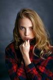 Νέο όμορφο κορίτσι σε ένα πουκάμισο καρό στοκ φωτογραφία με δικαίωμα ελεύθερης χρήσης