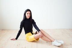 Νέο όμορφο κορίτσι σε ένα φόρεμα Στοκ Φωτογραφίες