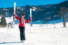 Νέο όμορφο κορίτσι σε ένα χιονοδρομικό κέντρο στοκ εικόνες