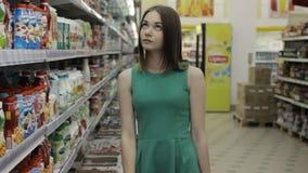 Νέο όμορφο κορίτσι σε μια λεωφόρο, τρόφιμα και τα ποτά φιλμ μικρού μήκους