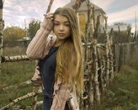 Νέο όμορφο κορίτσι στη φύση Στοκ Φωτογραφίες