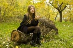 Νέο όμορφο κορίτσι στη φύση Στοκ εικόνες με δικαίωμα ελεύθερης χρήσης