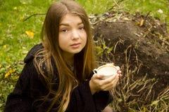 Νέο όμορφο κορίτσι στη φύση Στοκ φωτογραφίες με δικαίωμα ελεύθερης χρήσης