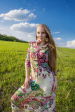 Νέο όμορφο κορίτσι στον πράσινο τομέα Στοκ Εικόνα