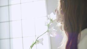 Νέο όμορφο κορίτσι στο άσπρο ντεκόρ κίνηση αργή φιλμ μικρού μήκους