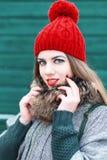 Νέο όμορφο κορίτσι στο αναδρομικό ύφος με ένα χαμόγελο σε ένα υπόβαθρο Στοκ εικόνες με δικαίωμα ελεύθερης χρήσης
