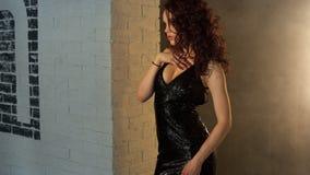 Νέο όμορφο κορίτσι στο μαύρο φόρεμα βραδιού απόθεμα βίντεο