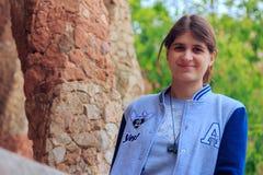 Νέο όμορφο κορίτσι στο πάρκο Guell στη Βαρκελώνη Ισπανία στοκ φωτογραφίες