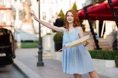 Νέο όμορφο κορίτσι στο φόρεμα που κρατά έναν χάρτη οδηγών πόλεων Στοκ φωτογραφίες με δικαίωμα ελεύθερης χρήσης