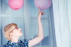 Νέο όμορφο κορίτσι σχετικά με το φανάρι Στοκ εικόνες με δικαίωμα ελεύθερης χρήσης