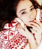 Νέο όμορφο κορίτσι brunette γενικό να πάρει διακοσμήσεων Χριστουγέννων Στοκ Εικόνες