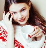 Νέο όμορφο κορίτσι brunette γενικό να πάρει διακοσμήσεων Χριστουγέννων θερμός στον κρύο χειμώνα, έννοια ομορφιάς φρεσκάδας Στοκ εικόνα με δικαίωμα ελεύθερης χρήσης