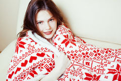 Νέο όμορφο κορίτσι brunette γενικό να πάρει διακοσμήσεων Χριστουγέννων θερμός στον κρύο χειμώνα, έννοια ομορφιάς φρεσκάδας Στοκ φωτογραφίες με δικαίωμα ελεύθερης χρήσης