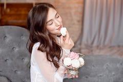 Νέο όμορφο κορίτσι brunette που κρατά ένα εκλεκτής ποιότητας βάζο μετάλλων με σπιτικό marshmallow στοκ εικόνα