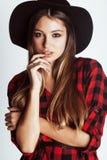 Νέο όμορφο κορίτσι brunette hipster στο καπέλο στο λευκό Στοκ Εικόνες