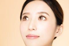 Νέο όμορφο μάτι γυναικών κινηματογραφήσεων σε πρώτο πλάνο στοκ εικόνες