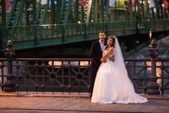 Νέο όμορφο μοντέρνο ζευγάρι των newlyweds κοντά στον ποταμό στη Βουδαπέστη στοκ φωτογραφία