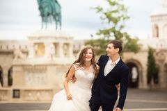 Νέο όμορφο μοντέρνο ζευγάρι των newlyweds που περπατούν από τον προμαχώνα του ψαρά στη Βουδαπέστη, Ουγγαρία στοκ εικόνα με δικαίωμα ελεύθερης χρήσης