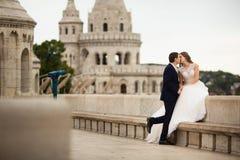Νέο όμορφο μοντέρνο ζευγάρι των newlyweds που φιλούν από τον προμαχώνα του ψαρά στη Βουδαπέστη, Ουγγαρία στοκ εικόνες με δικαίωμα ελεύθερης χρήσης