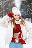Νέο όμορφο μοντέρνο κορίτσι με το κόκκινο πλεκτό πουλόβερ με ένα dee Στοκ Φωτογραφία