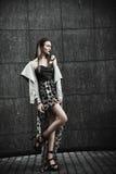 Νέο όμορφο μοντέρνο κορίτσι που περπατά και που θέτει στην πόλη υπαίθριος στοκ φωτογραφία με δικαίωμα ελεύθερης χρήσης