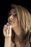 Νέο όμορφο μυρίζοντας άρωμα κοριτσιών Στοκ φωτογραφία με δικαίωμα ελεύθερης χρήσης
