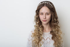 Νέο όμορφο νέο κορίτσι με τη μακριά σγουρή τρίχα, κανένα makeup με ένα καθαρό πρόσωπο με ένα στεφάνι στο επικεφαλής πορτρέτο του  Στοκ φωτογραφία με δικαίωμα ελεύθερης χρήσης