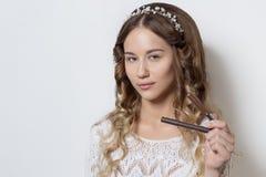 Νέο όμορφο νέο κορίτσι με τη μακριά σγουρή τρίχα, κανένα makeup με ένα καθαρό πρόσωπο με ένα στεφάνι στο επικεφαλής πορτρέτο του  Στοκ φωτογραφίες με δικαίωμα ελεύθερης χρήσης