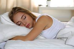 Νέο όμορφο ξανθό πορτρέτο γυναικών που βρίσκεται στον ύπνο κρεβατιών Στοκ εικόνα με δικαίωμα ελεύθερης χρήσης
