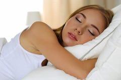 Νέο όμορφο ξανθό πορτρέτο γυναικών που βρίσκεται στον ύπνο κρεβατιών Στοκ Εικόνες
