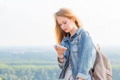 Νέο όμορφο ξανθό smartphone χρήσεων γυναικών στα βουνά Ταξίδι, Διαδίκτυο, επικοινωνία, τεχνολογία στοκ φωτογραφία με δικαίωμα ελεύθερης χρήσης