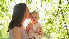 Νέο όμορφο παιχνίδι mom με το μικρό χαμογελώντας laught μικρό παιδί έξω φιλμ μικρού μήκους