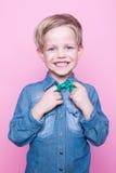 Νέο όμορφο παιδί που χαμογελά με τον μπλε δεσμό πουκάμισων και πεταλούδων Πορτρέτο στούντιο πέρα από το ρόδινο υπόβαθρο Στοκ εικόνα με δικαίωμα ελεύθερης χρήσης
