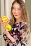 Νέο όμορφο πορτρέτο κινηματογραφήσεων σε πρώτο πλάνο κοριτσιών με τα πορτοκαλιά φρούτα, το κόκκινο κραγιόν και το τέλειο makeup Στοκ εικόνα με δικαίωμα ελεύθερης χρήσης