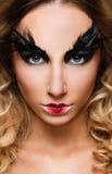 Νέο όμορφο πρόσωπο γυναικών με την ψεύτικη μόδα φτερών eyelashes makeup Στοκ Εικόνες