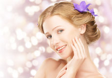 Νέο όμορφο υγιές κορίτσι προσώπου ομορφιάς με τα πορφυρά και ιώδη λουλούδια Στοκ Εικόνες
