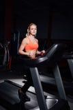 Νέο όμορφο χαριτωμένο κορίτσι στο πρότυπο ικανότητας στη γυμναστική που τρέχει treadmill με το μπουκάλι στοκ φωτογραφία με δικαίωμα ελεύθερης χρήσης